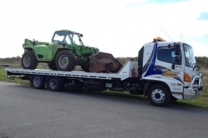 swan-towing-manitou-transport